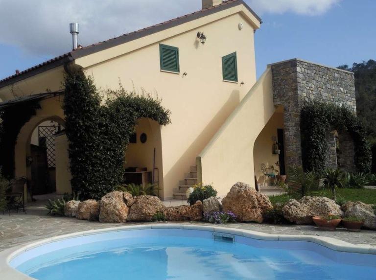 Villa con piscina e ampio giardino case e arte agenzia - Vendita terra da giardino ...